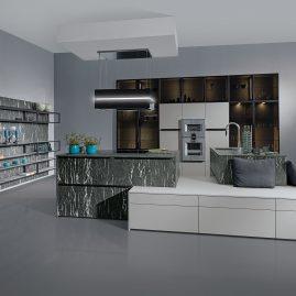 Küche mit Küchenblock und Sitzfläche